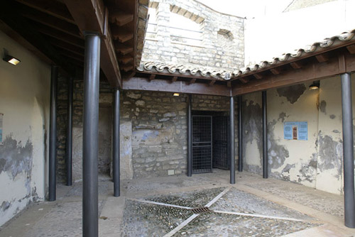 Entrada a la cripta gótica.