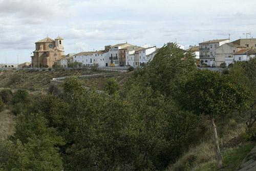 La localidad se sitúa en el cauce del Aguasvivas.