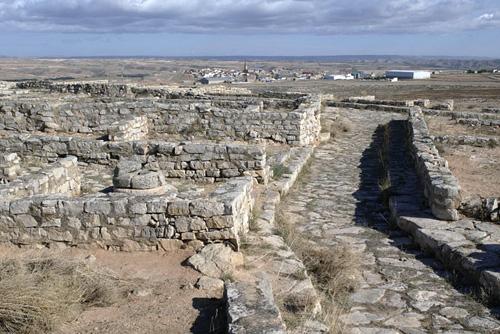El poblado con Azaila al fondo.