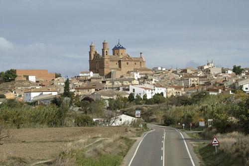 La monumental iglesia del Salvador domina la localidad.