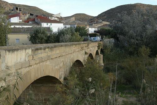El puente sirve de entrada a Castelnou.