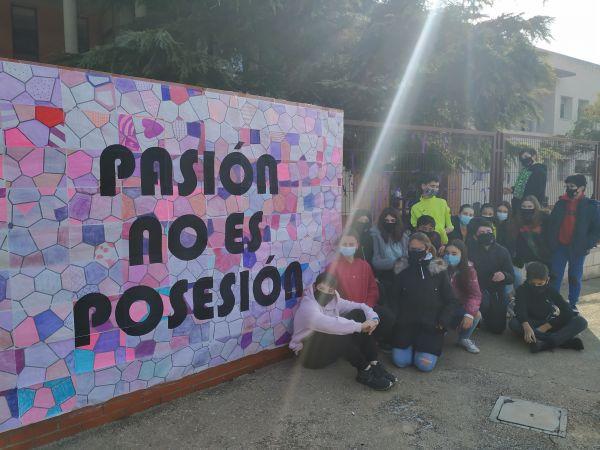 Alumn@s sentados con el lema realizado por ell@s 'Pasión no es posesión''