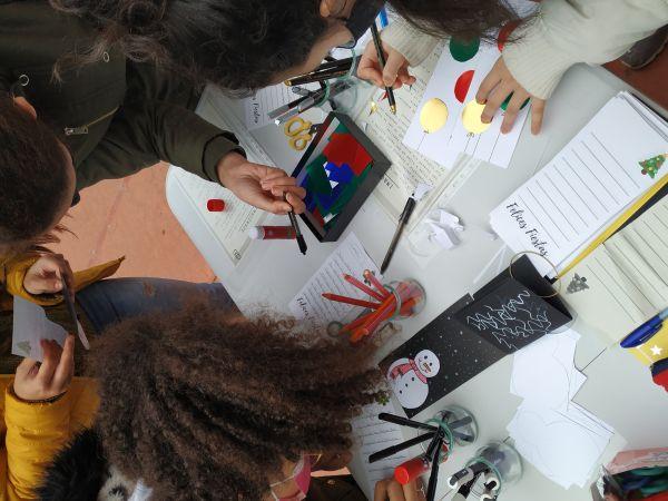 Alumn@s IES P.Laín Entralgo realizando postales en el recreo.