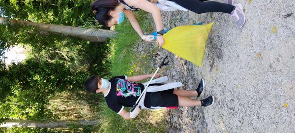 Durante la caminata recogiendo basura.