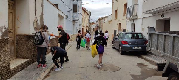 Por las calles de Samper recogiendo basura