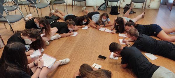 Los alumnos y alumnas del curso haciendo una dinámica.